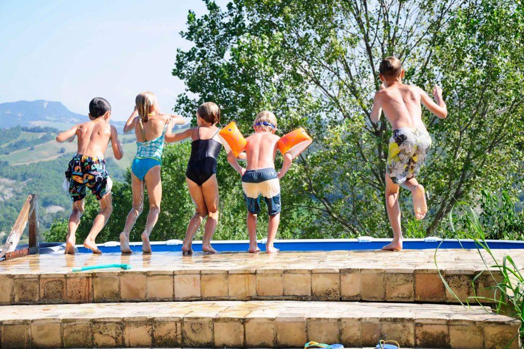 Villa-Valente-kinderen-in-het-zwembad-springen
